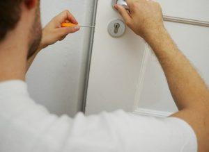 Porte qui grince : 5 astuces pour résoudre ce problème